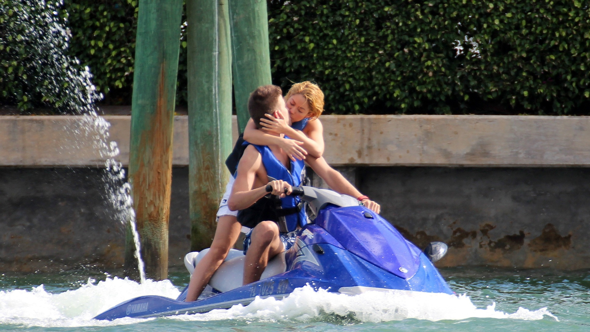 Shakira e Gerard Piqué trocam beijos durante passeio de jet-sky em Miami (28/12/11)