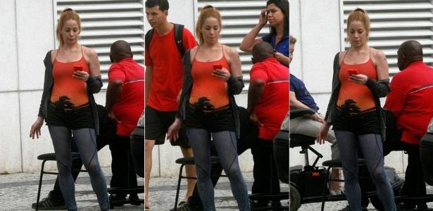 Danielle Winits passeia pelo Leblon, na zona sul carioca (7/1/2012)