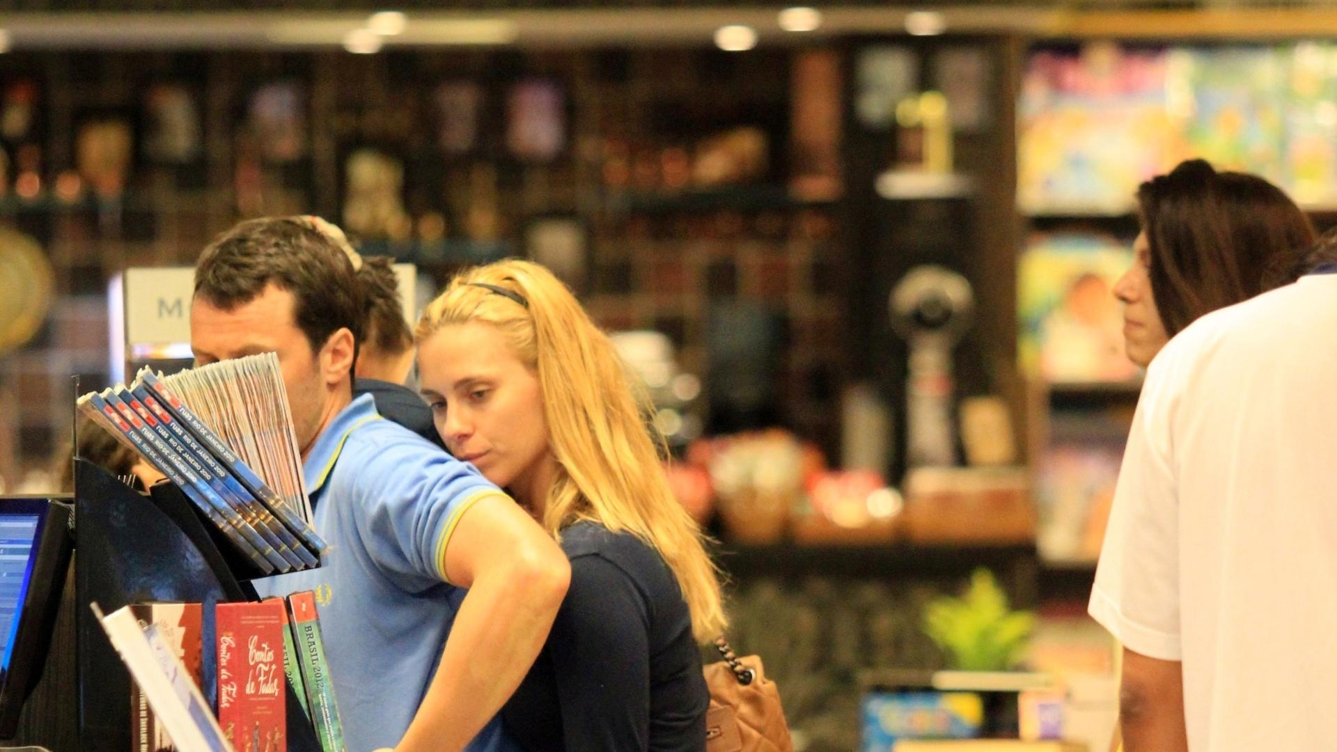 Carolina Dieckmann passeia com a família no Rio