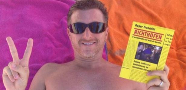 De férias, Luciano Huck posta no Twitter foto em que aparece mostrando o livro que está lendo (8/1/2012)