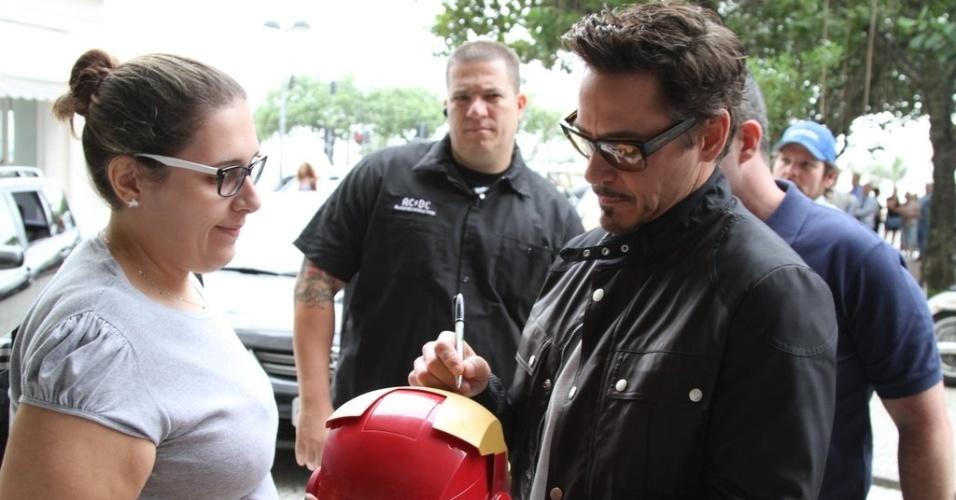 Robert Downey Jr. é assediado por fãs nas ruas do Rio de Janeiro (9/1/12)