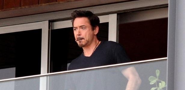 Robert Downey Jr. faz pose na sacada do hotel onde está hospedado no Rio de Janeiro (9/1/12)