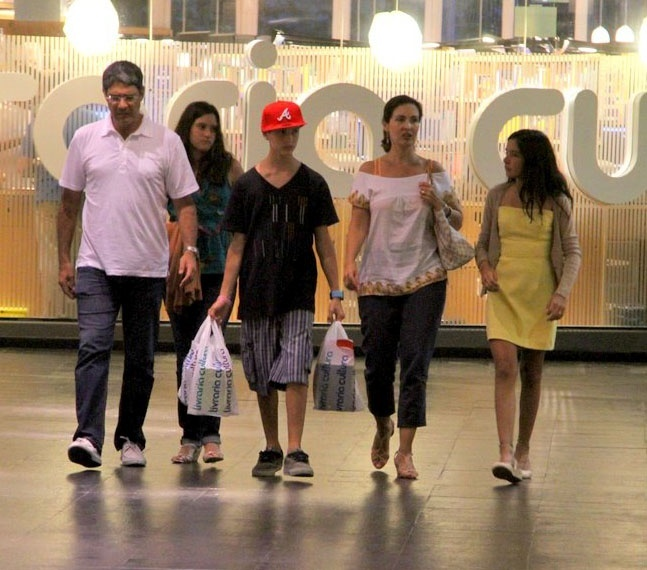 Fátima Bernardes e William Bonnes passeiam com os filhos, Vinícius, Beatriz (atrás de Bonner) e Laura (ao lado de Fátima) em shopping do Rio de Janeiro (10/1/2012)