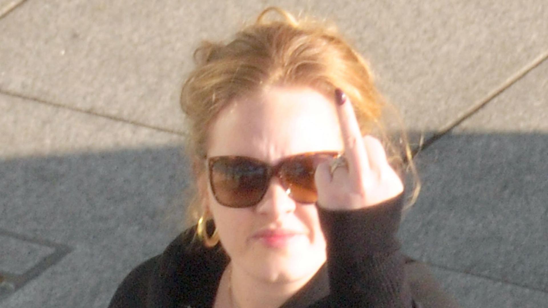Irritada com assédio, Adele mostra dedo médio para fotógrafo (11/1/12)
