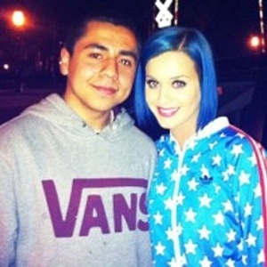 Aps separao, Katy Perry aparece com o cabelo azul (13/1/12)