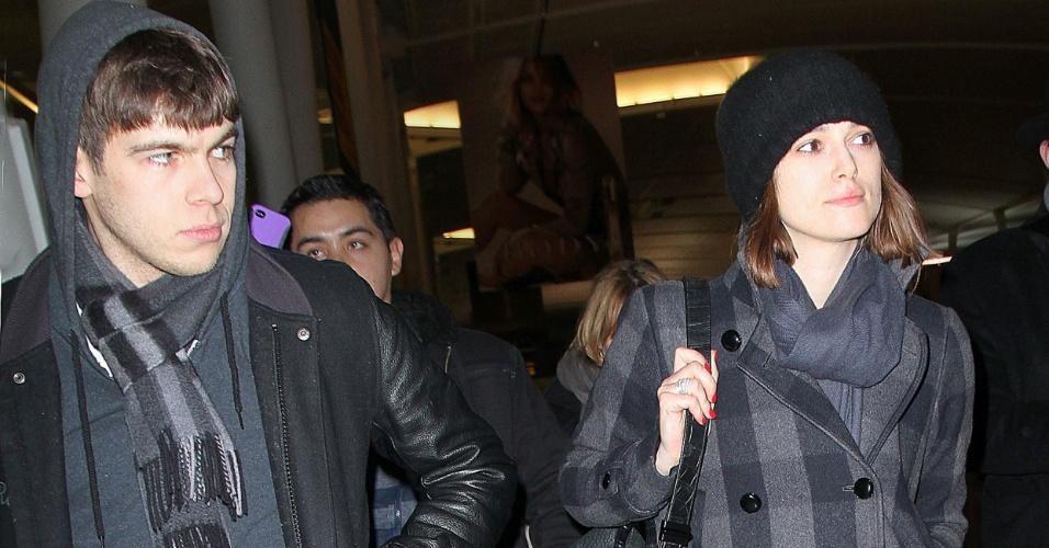 Atriz Keira Knightley e o namorado James Righton são vistos juntos, mas disfarçam (12/1/12)