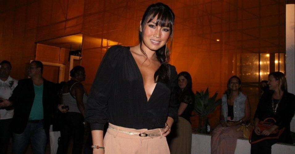 Daniele Suzuki circula pelo Fashion Rio, evento de moda que acontece no Píer Mauá, no Rio (13/1/2012)