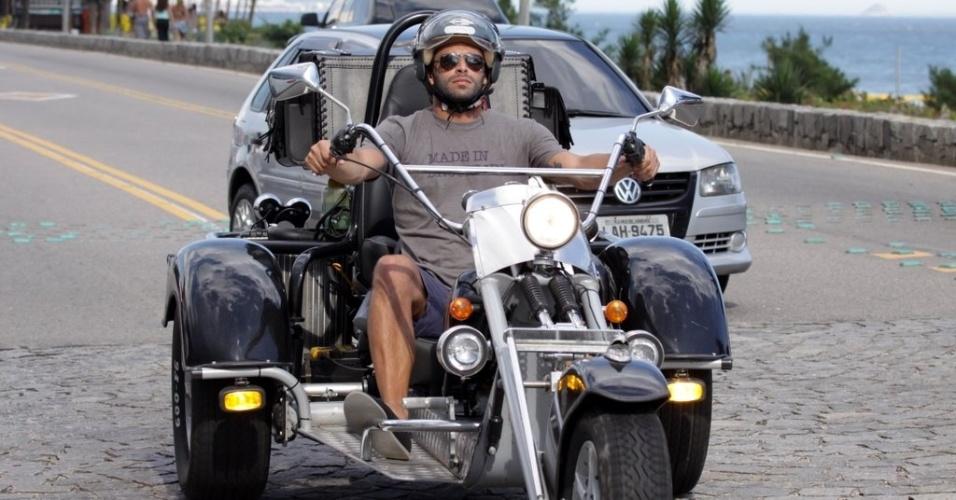 Henri Castelli dirige triciclo em rua do Rio (13/1/2012)
