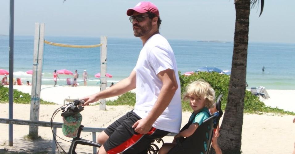 Thiago Lacerda passeia de bicicleta com o filho no Rio de Janeiro (13/1/2012)
