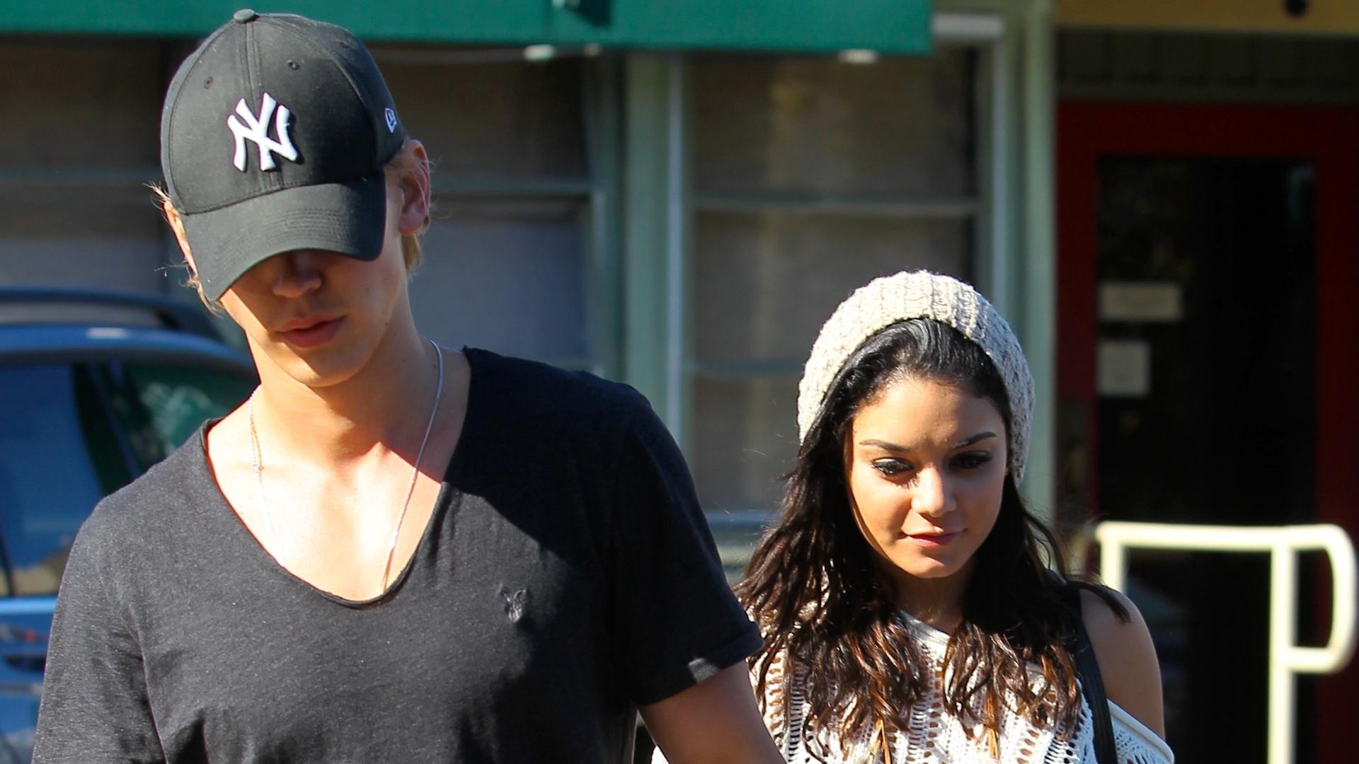 Vanessa Hudgens almoça com o namorado Austin Butler e passeia pelas ruas de Los Angeles (12/1/12)