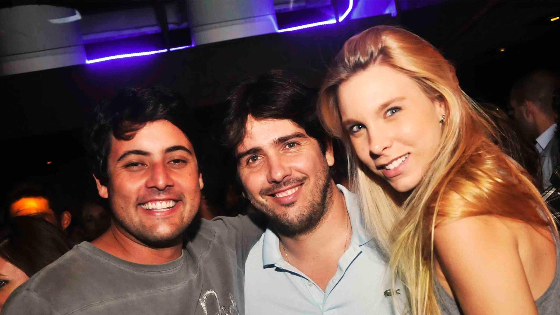 Da esquerda para a direita, Bruno De Luca, Cacá Bueno e Talita Stoppazzolli na comemoração do aniversário de 25 anos de Jesus Luz no Barzin, na zona sul carioca (15/1/12)
