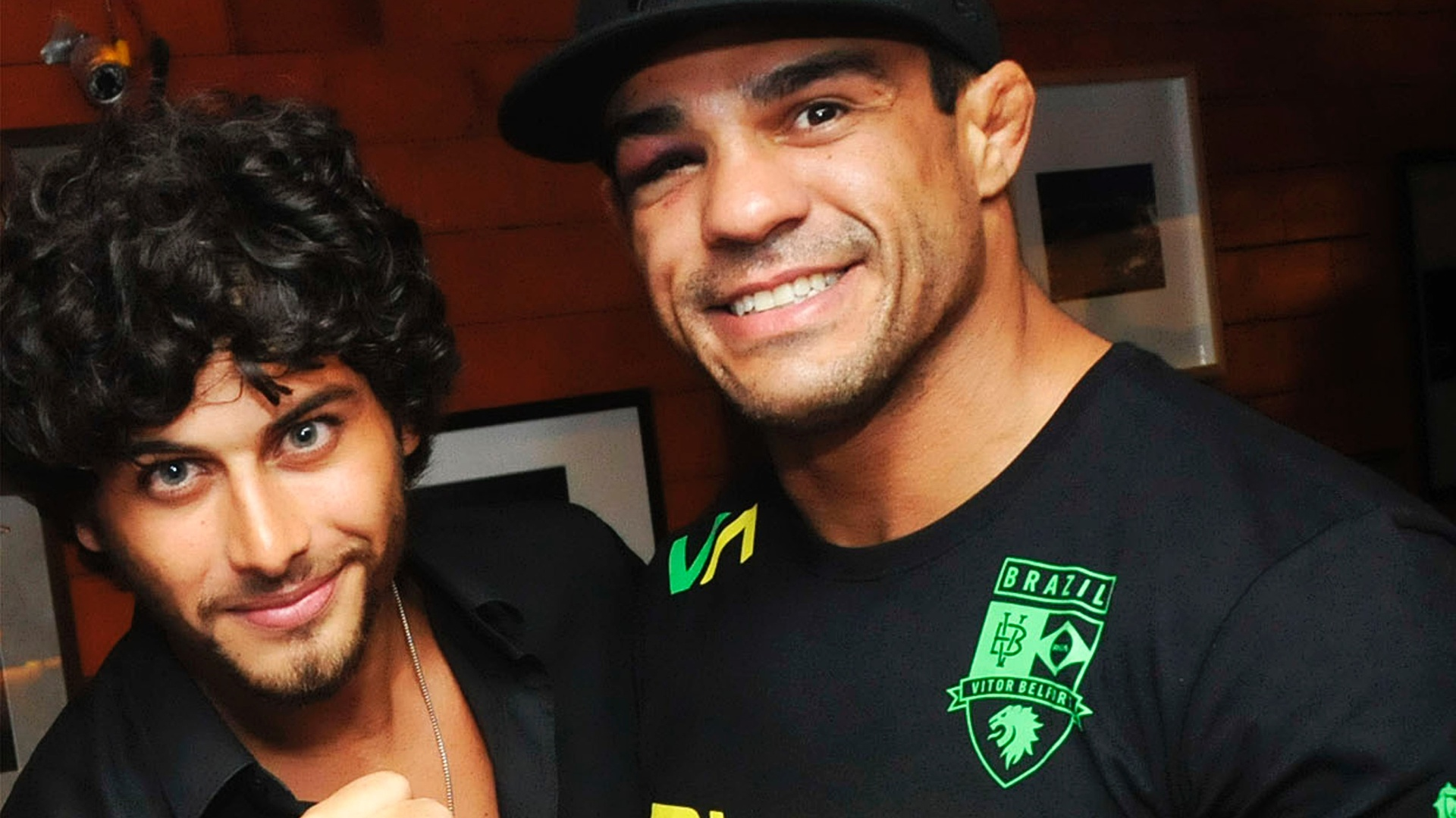 Jesus Luz recebe um abrao de Vitor Belfort na comemorao do seu aniversrio de 25 anos no Barzin, na zona sul do Rio. Na noite anterior, Belfort venceu Anthony Johnson pela categoria peso mdio, no UFC Rio (15/1/12)