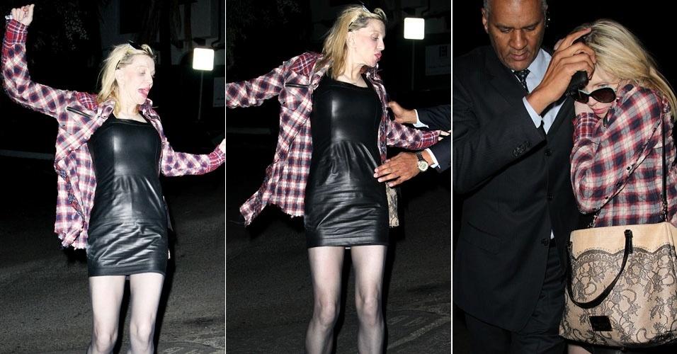 Um pouco alterada, Courtney Love quase caiu ao sair do hotel Chateau Marmont, em Los Angeles, e precisou de ajuda (13/1/12)