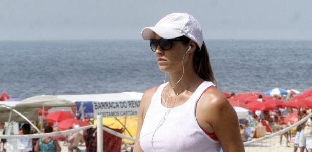 Grávida de sete meses, Luana Piovani faz caminhada matinal no Rio (20/1/12)