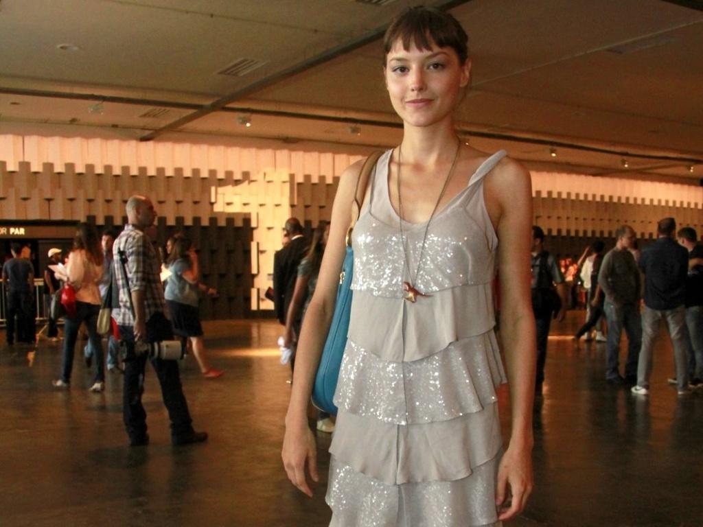 Mallu Magalhães vai de vestido levinho e com brilho a desfile da Ellus na SPFW (21/1/12)