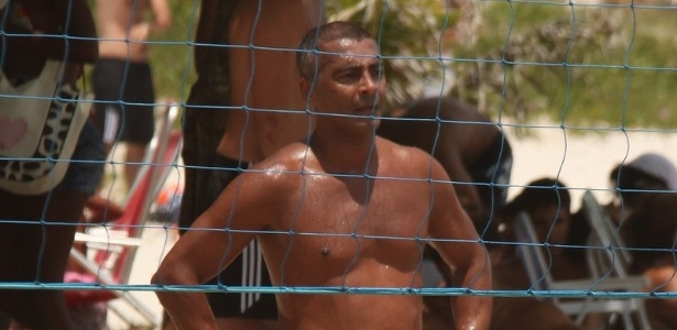 Romrio joga futevlei em praia da Barra, no Rio
