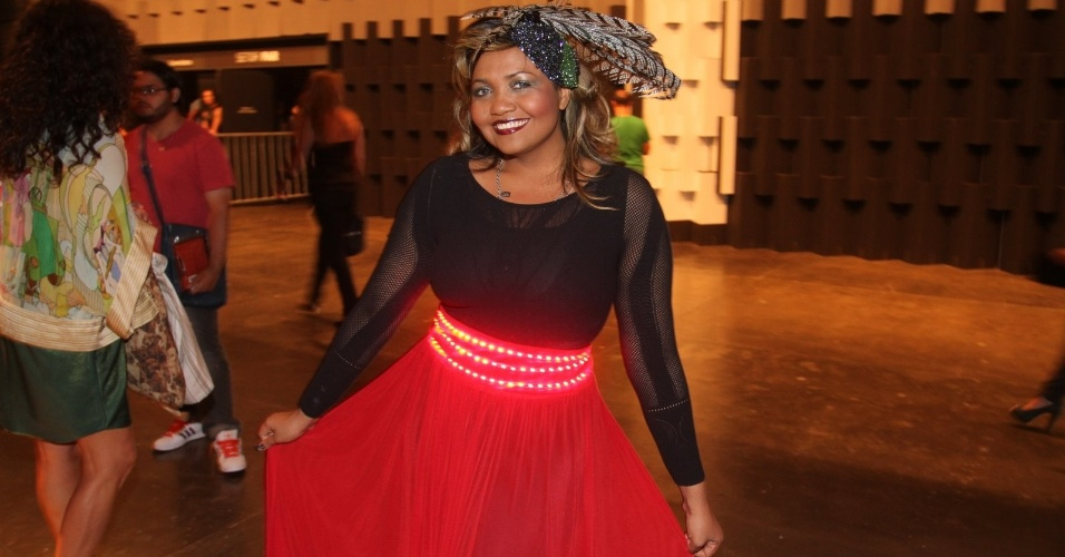 Gaby Amarantos circula pelo São Paulo Fashion Week usando cinto luminoso (24/1/12)