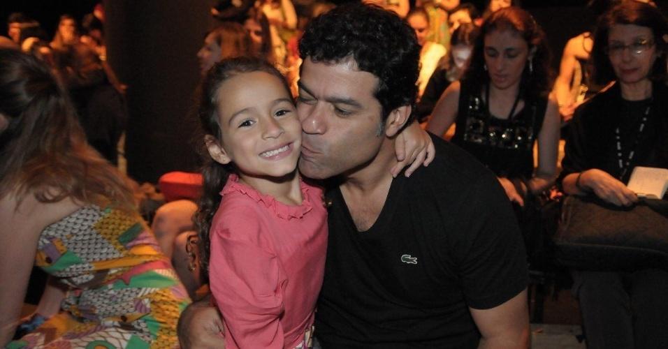 Raí prestigia o desfile de Fernanda Yamamoto no São Paulo Fashion Week ao lado da filha, Noah (24/1/12)