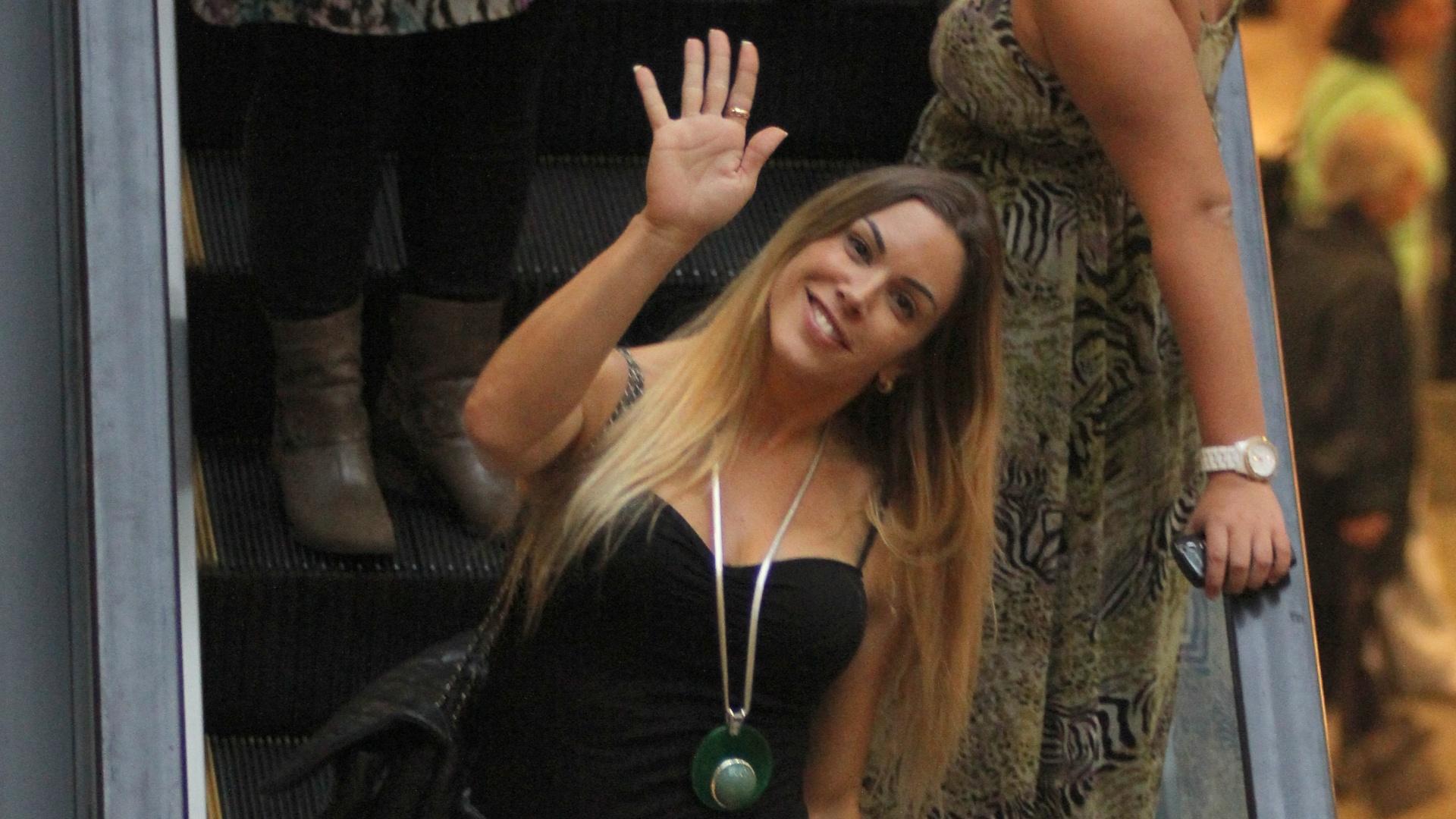 Joana Prado dá tchauzinho para fotógrafo no Rio (28/1/12)