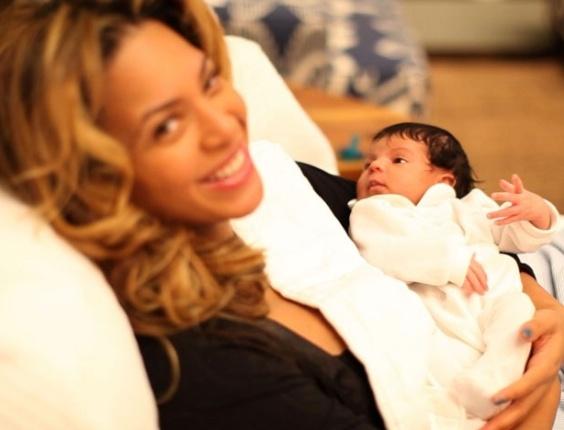 Beyoncé com Blue Ivy, em foto divulgada no Tumblr criado para a filha (10/2/12)