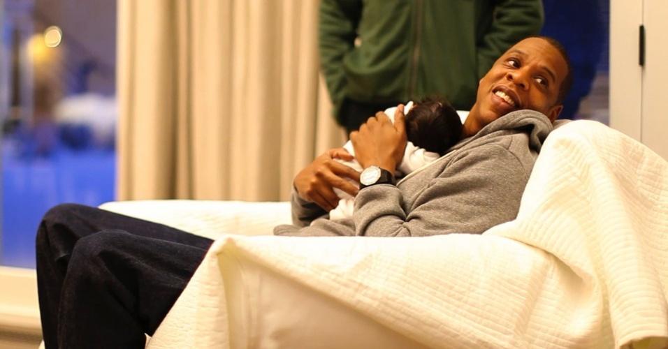 Jay-z segura a filha Blue Ivy Carter em foto postada pela família em um Tumblr