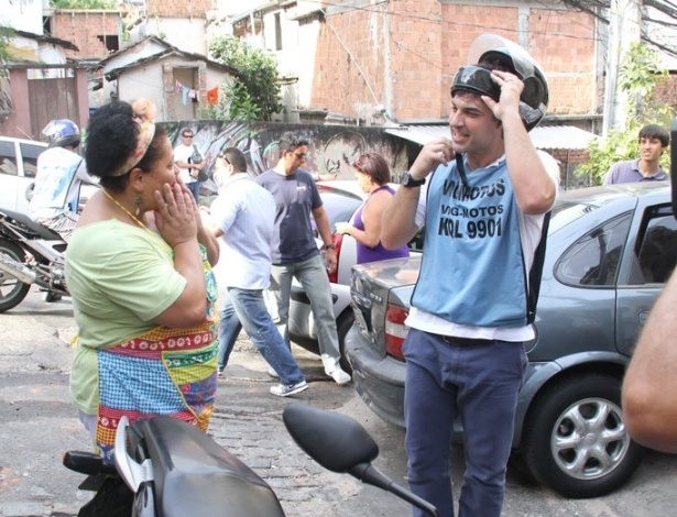 Edu Guedes sobe o morro do Vidigal vestido de moto-taxista (11/2/2012)