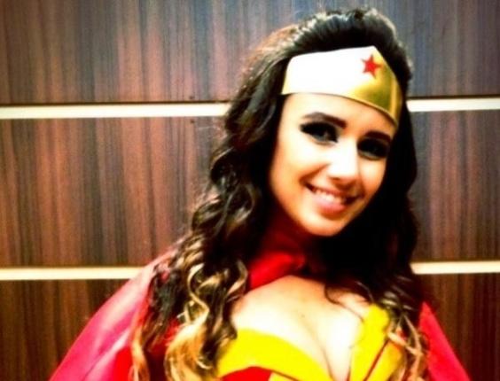 Paula Fernandes se veste de Mulher Maravilha para festa a fantasia (12/2/12)