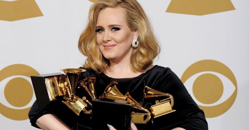 Adele mostra os seis prêmios que recebeu no Grammy (12/2/2012)
