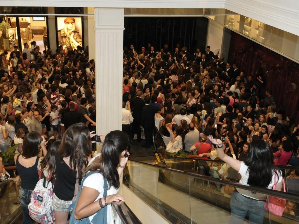 Fãs causam tumulto no Pátio Higienópolis, em São Paulo, enquanto aguardam Zac Efron. O ator iria inaugurar uma loja, mas cancelou a visita de última hora (28/2/12)