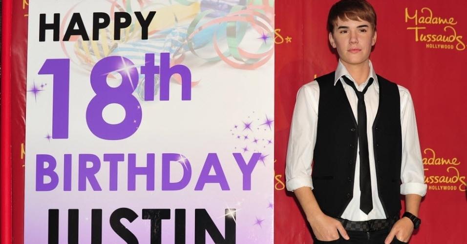 Museu de cera Madame Tussauds fez uma homenagem a Justin Bieber mostrando um novo boneco seu e uma dedicatória de aniversário (1/3/2012)