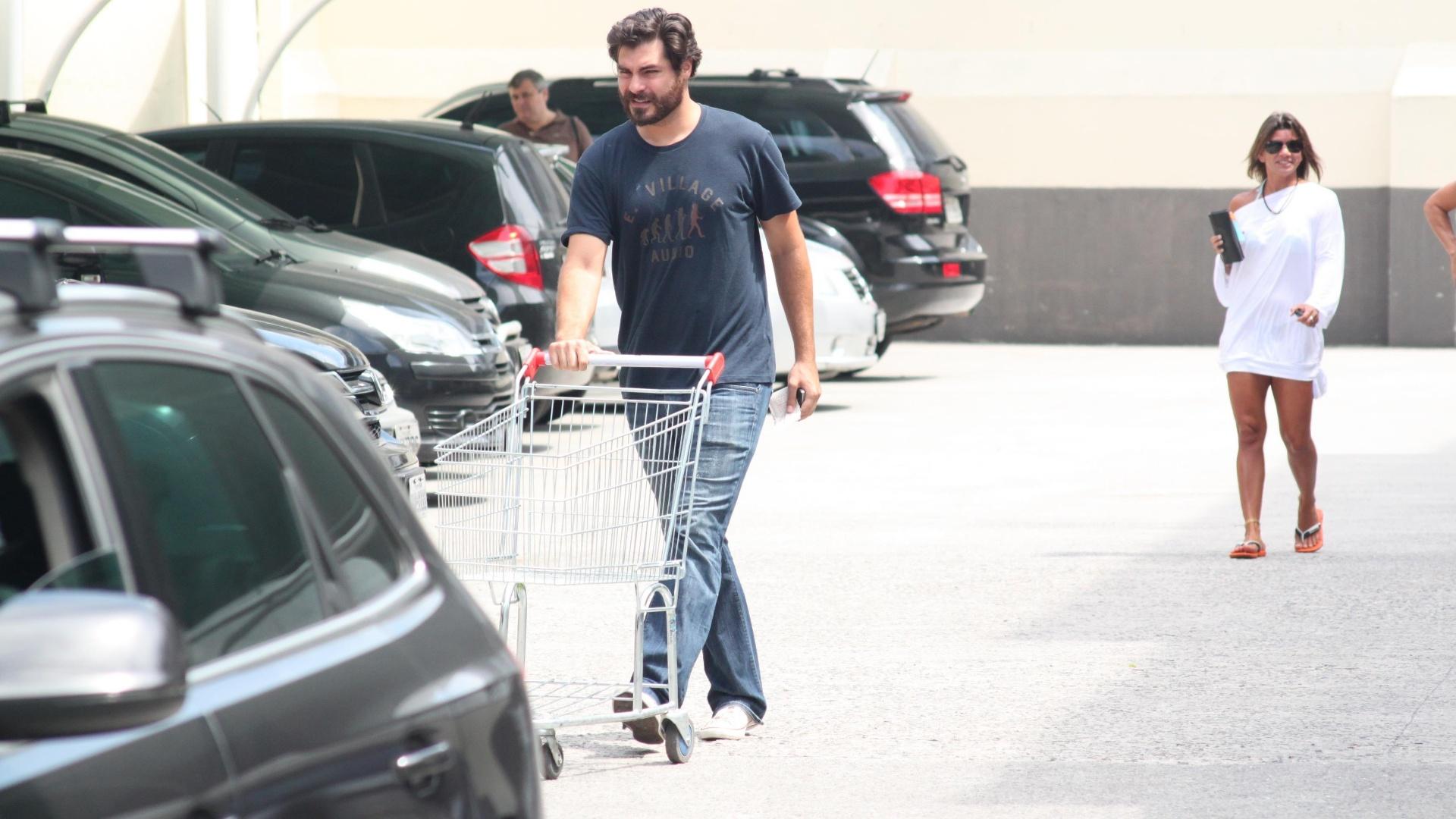 Thiago Lacerda faz compras em supermercado no Rio de Janeiro (3/3/12)