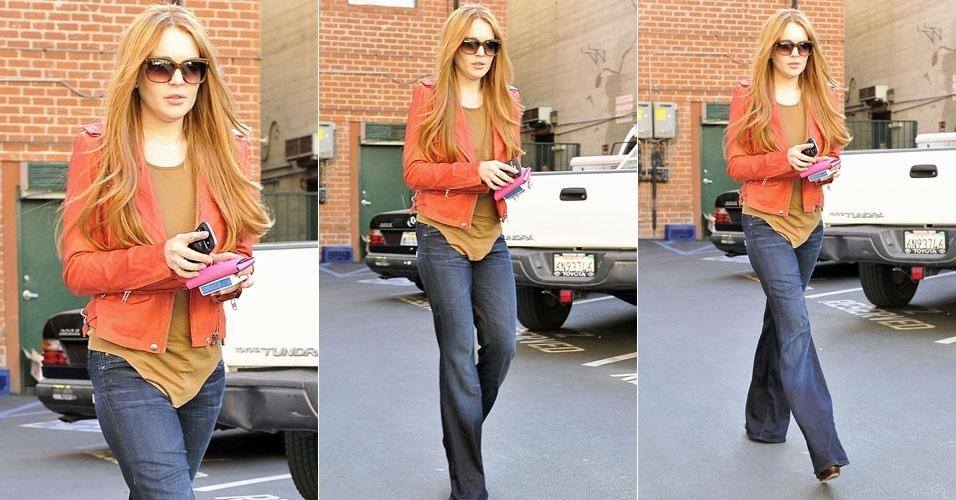 Lindsay Lohan muda o visual e aparece ruiva (8/3/12)