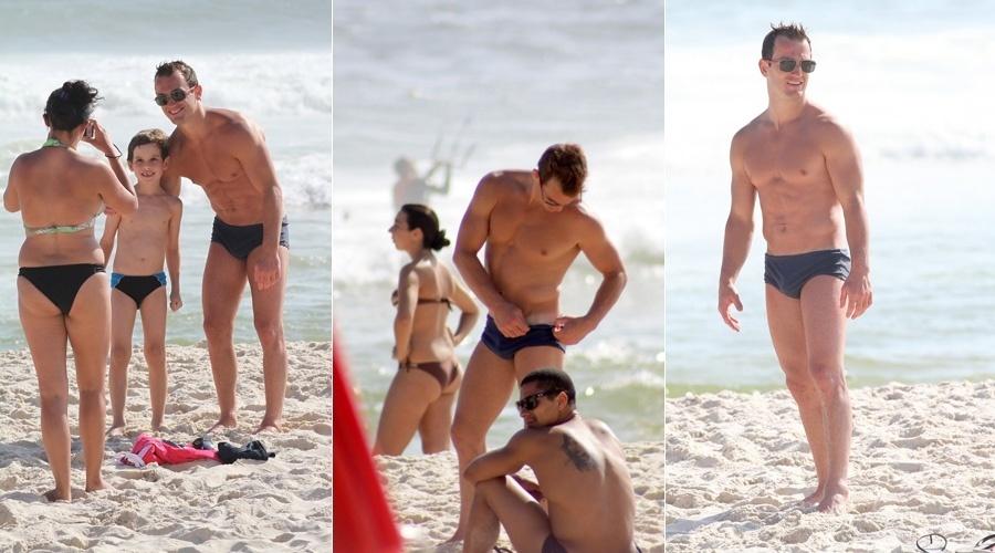 Diego Hypólito é tietado em praia do Rio de Janeiro (17/1/12)