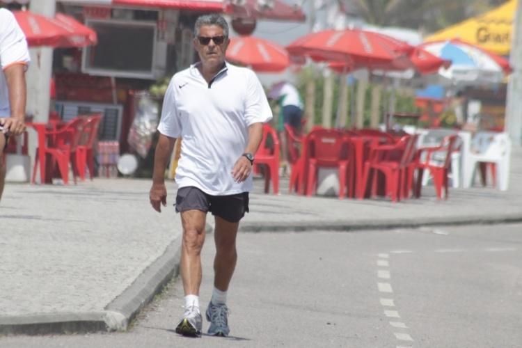 Após rumores de que teria voltado a ser internado, Marcos Paulo caminha na orla da Barra da Tijuca, na zona oeste carioca (18/1/12)