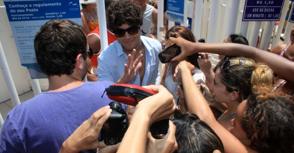 Caio Castro é assediado pelas fãs na praia do Arpoador, zona sul do Rio de Janeiro (18/1/12)