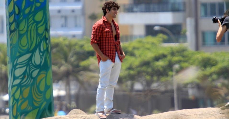 Caio Castro posa para ensaio fotográfico no Arpoador, zona sul do Rio de Janeiro (18/1/12)