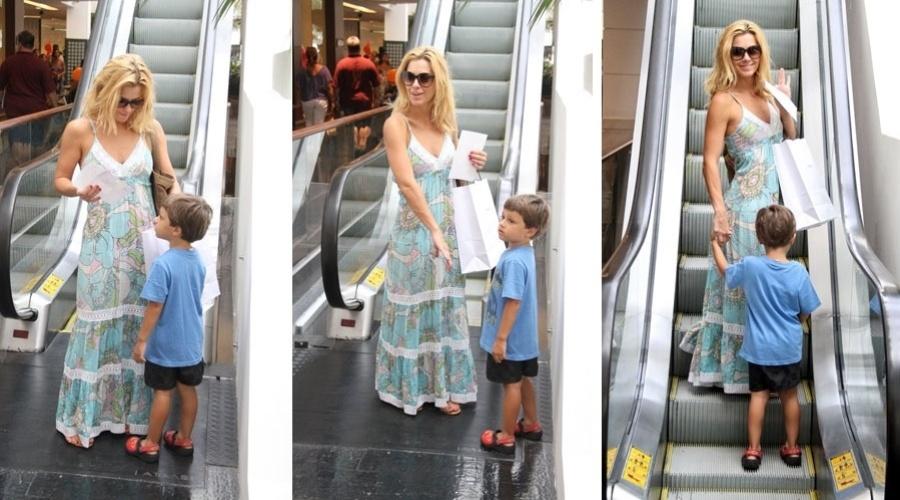 Carolina Dieckmann passeia com o filho José em shopping da zona sul do Rio de Janeiro (20/1/12)