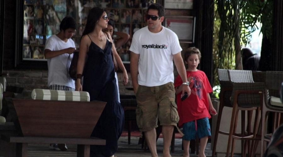 Murilo Benício almoça em churrascaria acompanhado dos filhos e da namorada, no Rio (20/1/12)