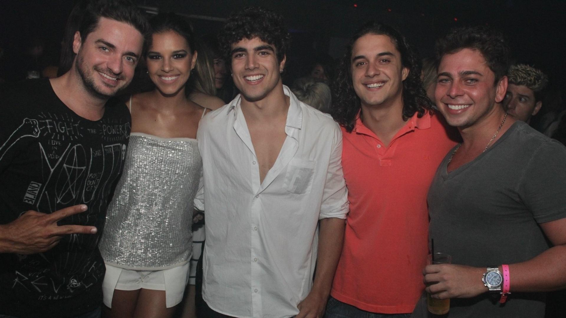 Caio Castro ganha festa surpresa e comemora aniversário de 23 anos ao lado de Mariana Rios e Guilherme Boury em boate no Rio (20/1/12)