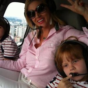 Val Marchiori passeia de helicóptero com os filhos gêmeos Eike e Victor