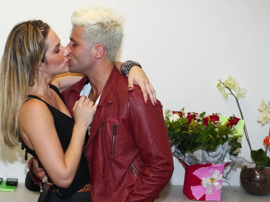 Bruno Gagliasso beija Giovanna Ewbank, após a estreia da nova peça da esposa ?O Grande Amor da Minha Vida?, em Guarulhos, São Paulo (21/1/12)