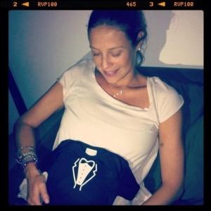 Luana Piovani postou foto de uma camisetinha com o desenho de um smoking em sua conta doTwitter. A atriz colocou a peça de roupa do filho Dom em cima do barrigão de sete meses (22/1/12)