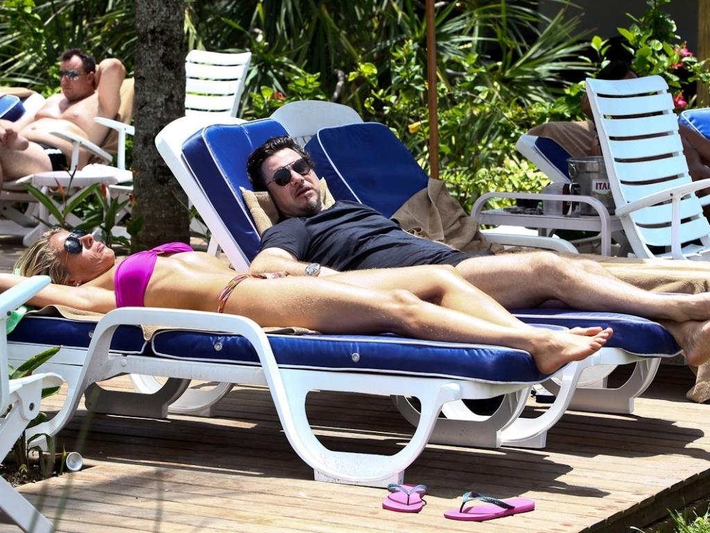 Adriane Galisteu e Alexandre Iódice aproveitaram o sol do Guarujá e curtiram momentos românticos (22/1/12)