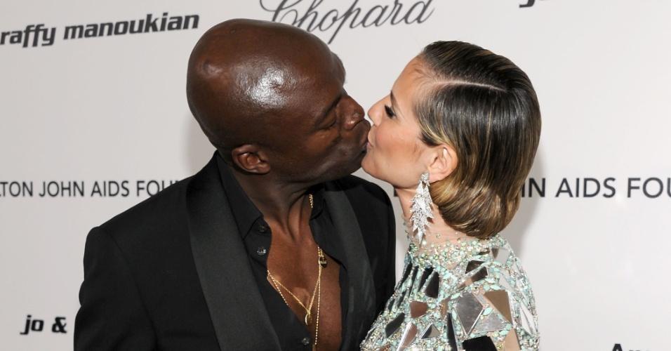 """Heidi e Sean se beijam durante evento da """"Fundação Aids Elton John"""". O casal, que tem três filhos, terminou o relacionamento após sete anos juntos (27/2/11)"""