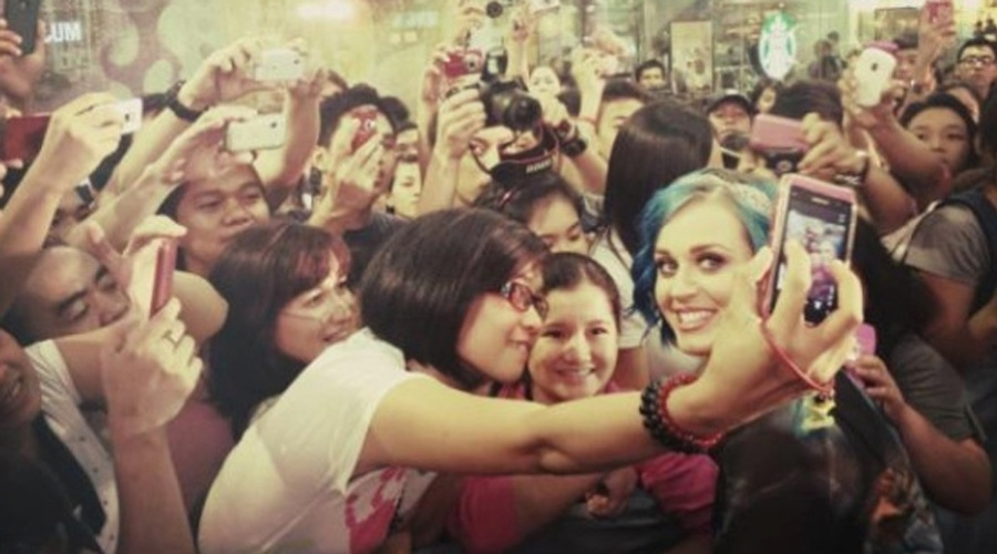Katy Perry posa ao lado dos f&#227;s em Manila, Filipinas (23/1/12)