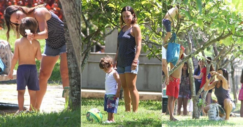 Atriz Carla Marins se diverte  com o filho Leon em parque da Barra da Tijuca, no Rio de Janeiro (24/1/12)