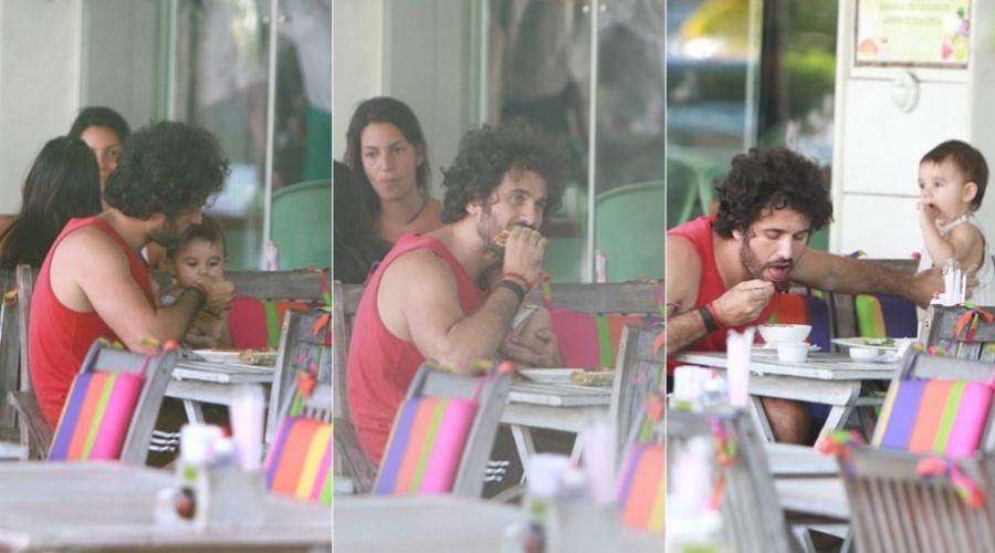 Eriberto Leão almoça acompanhado do filho, João, em restaurante da zona sul do Rio (24/1/12)
