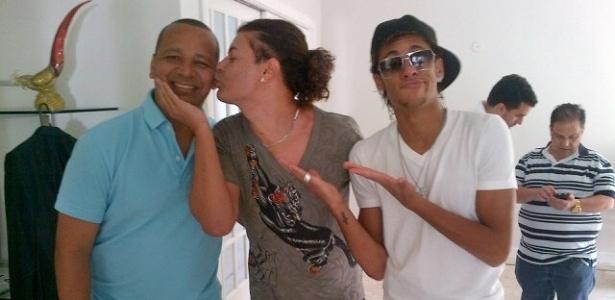 Em momento descontraído no Rio de Janeiro, David Brazil beija o pai de Neymar e o jogador faz careta.