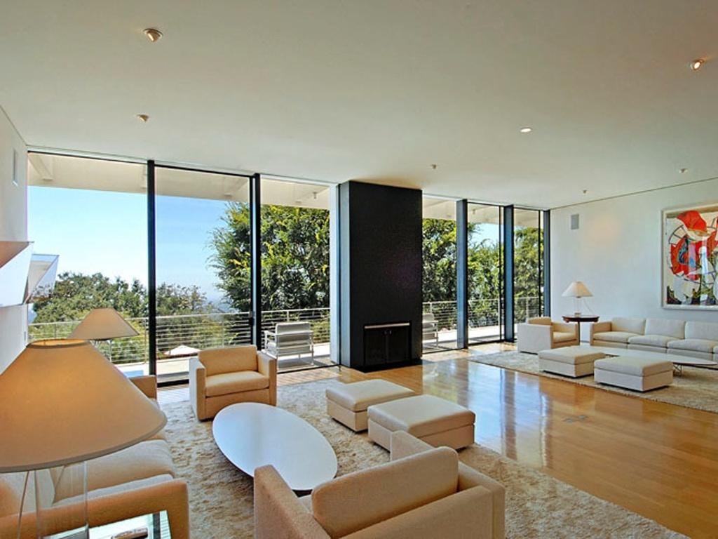 A casa foi projetada por A. Quincy Jones e tem quatro quartos, seis banheiros e uma vista para o mar. A atriz terá como vizinhos o ator Nicholas Cage e o dono da revista