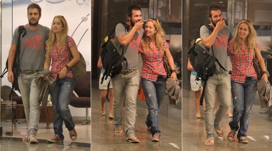 Bruno Ferrari e Paloma Duarte passeiam em shopping da Barra da Tijuca, zona oeste do Rio (26/1/12)